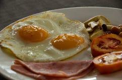 Petit déjeuner américain avec l'oeuf au plat Fermez-vous vers le haut de l'oeuf Photographie stock