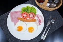 Petit déjeuner américain avec le lard et la saucisse de jambon d'oeufs Photos libres de droits