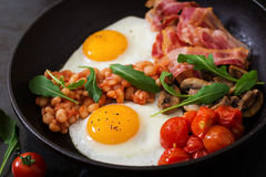 Petit déjeuner anglais - oeuf au plat, haricots, tomates, champignons, lard images stock