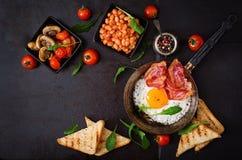 Petit déjeuner anglais - oeuf au plat, haricots, tomates, champignons, lard et pain grillé Images libres de droits
