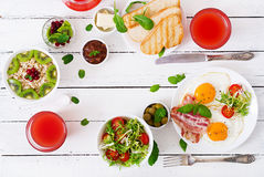 Petit déjeuner anglais - oeuf au plat, tomates et lard images stock