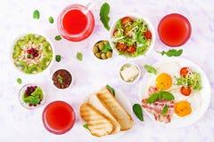 Petit déjeuner anglais - oeuf au plat, tomates et lard photos stock