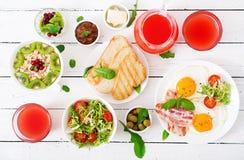 Petit déjeuner anglais - oeuf au plat, tomates et lard photographie stock