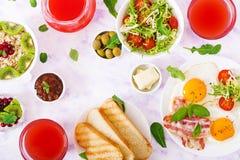 Petit déjeuner anglais - oeuf au plat, tomates et lard Configuration plate images stock