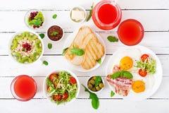 Petit déjeuner anglais - oeuf au plat, tomates et lard Déjeuner pour deux oatmeal image libre de droits