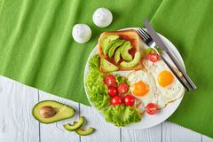 Petit déjeuner anglais - oeufs au plat, pain grillé, salade photographie stock