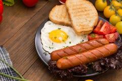 Petit déjeuner anglais - pain grillé, oeuf, saucisses et salade de légumes Fond rustique en bois Plan rapproché Vue supérieure image stock