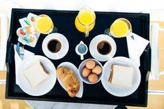 Petit déjeuner anglais pour deux personnes pendant le matin image libre de droits