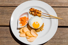 Petit déjeuner anglais simple sur le fond en bois image libre de droits