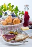 Petit déjeuner avec de la confiture de prune Image stock