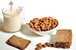 Petit déjeuner avec de la crème d'amande de lait d'amande images stock