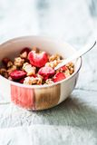 Petit déjeuner avec des céréales et les fraises lyophilisées images libres de droits