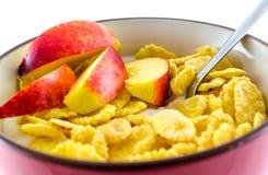 Petit déjeuner avec des cornflakes sur le fond blanc Images stock