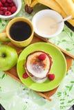 Petit déjeuner avec des crêpes de pomme Photographie stock