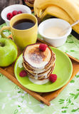 Petit déjeuner avec des crêpes de pomme Image stock