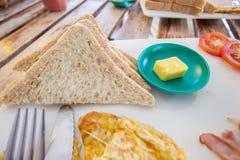 Petit déjeuner avec des pains grillés et le beurre Images libres de droits