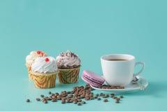 Petit déjeuner avec des petits gâteaux et des macarons français Photographie stock libre de droits