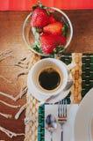 Petit déjeuner avec du café et des fruits Photos stock