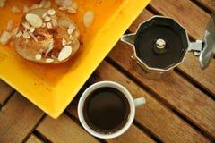 Petit déjeuner avec du café italien et la poire pochée Images libres de droits