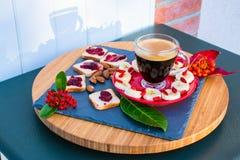 Petit déjeuner avec du café, pain avec la confiserie, photographie stock libre de droits