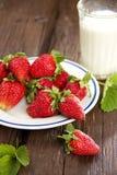 Petit déjeuner avec du lait de fraise Image stock