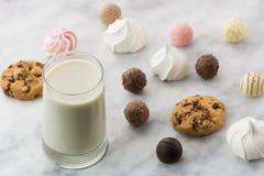 Petit déjeuner avec du lait et des bonbons photo libre de droits