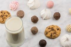 Petit déjeuner avec du lait et des bonbons images libres de droits