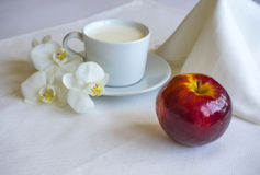 Petit déjeuner avec du lait et le rouge Apple photographie stock