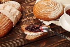 Petit déjeuner avec du pain et la confiture photos libres de droits