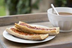 Petit déjeuner avec du pain et le chocolat chaud Photographie stock libre de droits