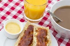Petit déjeuner avec du pain et le chocolat chaud Photographie stock