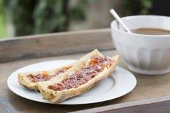Petit déjeuner avec du pain et le chocolat chaud Photo stock