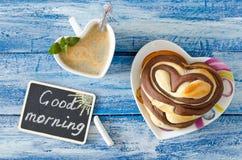 Petit déjeuner avec le coeur de café et de petit pain Bonjour souhait Photos libres de droits