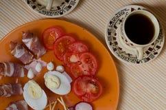 Petit déjeuner avec le lard et les tomates Photographie stock libre de droits