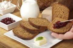 Petit déjeuner avec le pain complet Images libres de droits