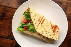 Petit déjeuner avec le sandwich dans le plat blanc Image libre de droits
