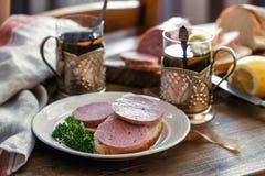 Petit déjeuner avec le sandwich et le thé Photo libre de droits