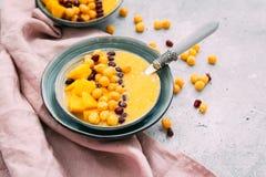 Petit déjeuner avec le smoothie de mangue photo stock