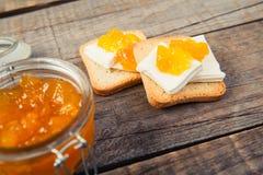 Petit déjeuner avec le style de vintage de pain grillé de confiture d'oranges Photos stock