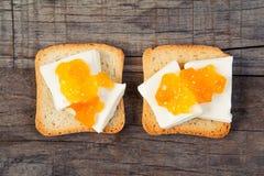 Petit déjeuner avec le style de vintage de pain grillé de confiture d'oranges Photo libre de droits