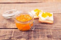 Petit déjeuner avec le style de vintage de pain grillé de confiture d'oranges Image libre de droits