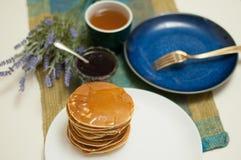 Petit déjeuner avec les crêpes et le thé avec du miel et la confiture photo stock