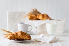Petit déjeuner avec les croissants fraîchement cuits au four image stock