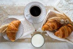 Petit déjeuner avec les croissants fraîchement cuits au four images libres de droits