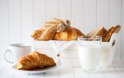 Petit déjeuner avec les croissants fraîchement cuits au four photo stock