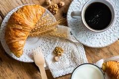 Petit déjeuner avec les croissants fraîchement cuits au four photos stock