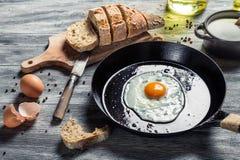 Petit déjeuner avec les oeufs au plat et le pain Images libres de droits