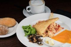 Petit déjeuner avec les oeufs brouillés et les tomates Photo libre de droits