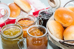 Petit déjeuner avec les petits pains et la confiture Photos stock