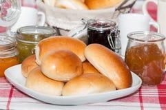 Petit déjeuner avec les petits pains et la confiture Images libres de droits